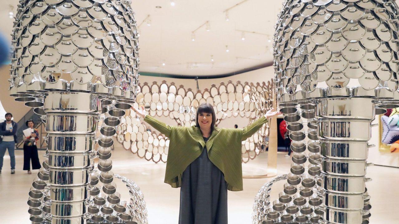 La artista portuguesa posa ante la obras «Marilyn», unos zapatos elaborados con ollas y tapas de acero inoxidable