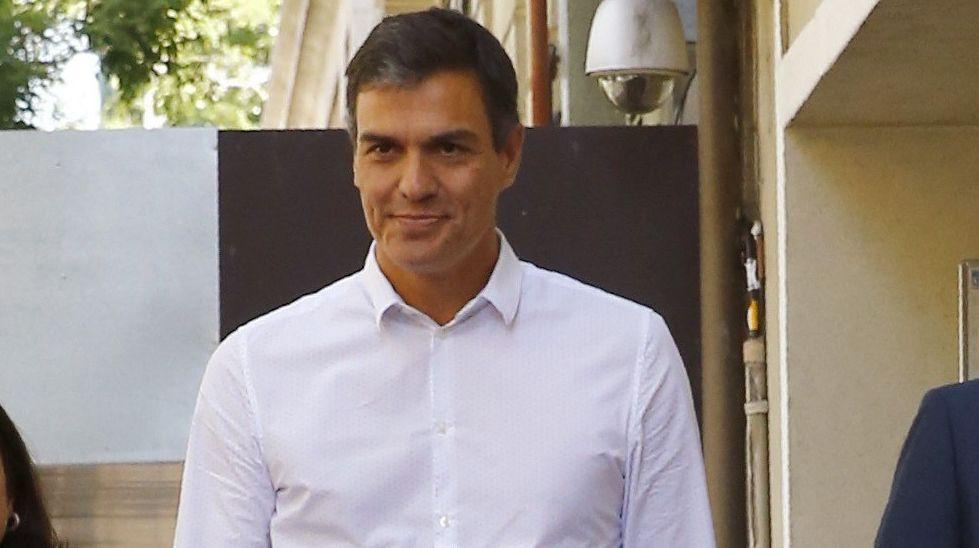 Javier Fernández interviene en el pleno de la Junta General.Francisco Blanco atiende a los medios
