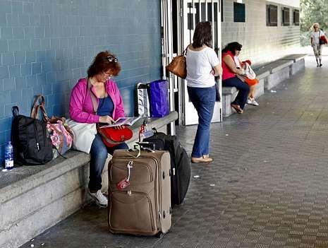 Pasajeros del vuelo a Oporto se suben al autobús que enlaza Pontevedra con Oporto.