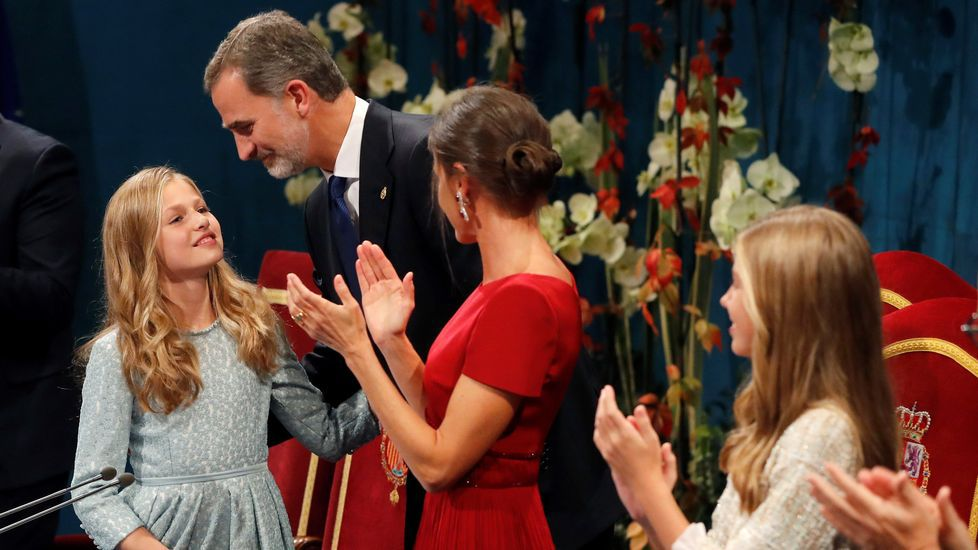 La princesa Leonor es felicitada por los reyes Felipe y Letizia, tras pronunciar su discurso en la ceremonia de entrega de los Premios Princesa de Asturias 2019, este viernes en el Teatro Campoamor de Oviedo. EFE/ Ballesteros