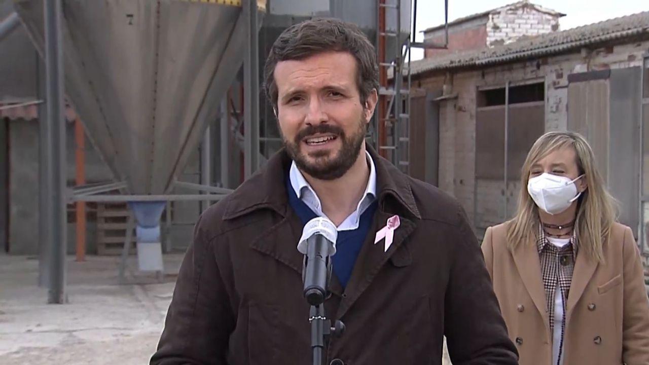 Adiós a Génova, la sede emblemática del PP.El líder del PP, Pablo Casado, y la candidata a las elecciones catalanas por Lérida, Marisa Xandri, este jueves en un acto en Castellnou de Seaba (Lérida)