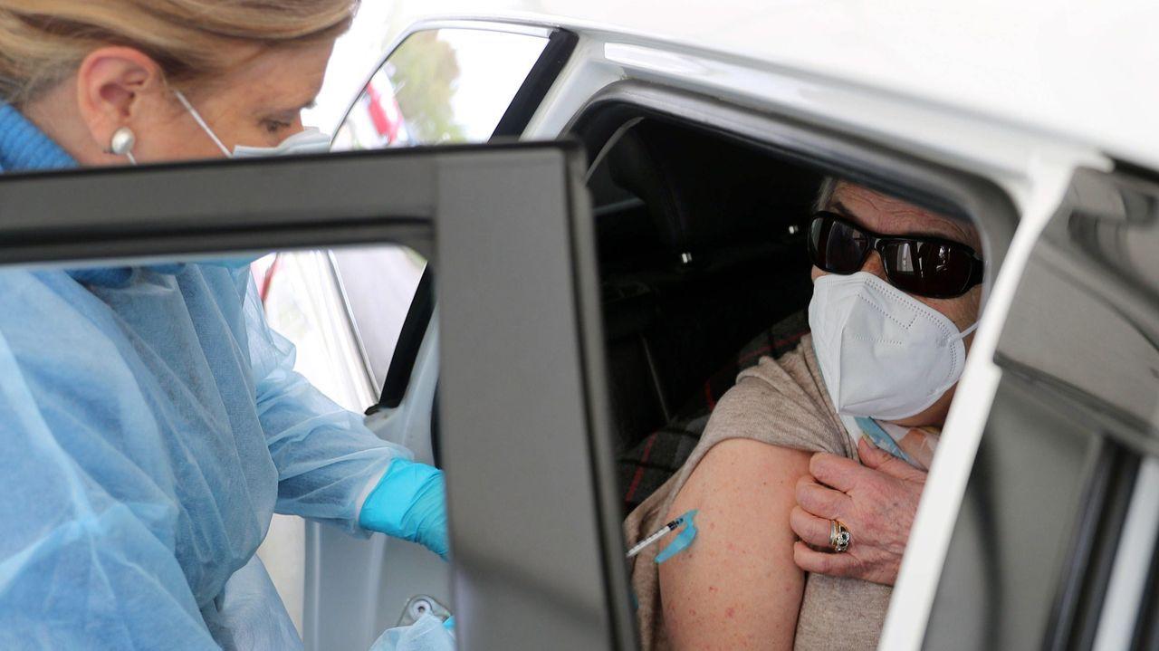 Una enfermera pone una vacuna contra al coronavirus en Gijón