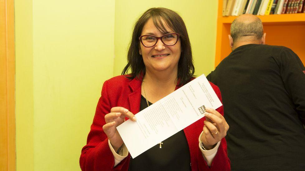 Jornada de elecciones. Vota María Carmen Vila, candidata del PSOE de Carballo. Ejerció su derecho en el Pazo