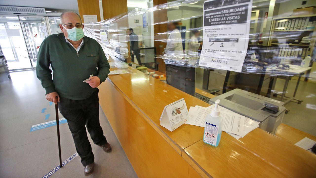 Mitin de Pedro Sánchez en Ourense.Un paciente acudiendo al centro de salud de A Doblada en Vigo en las primeras semanas de la pandemia en España