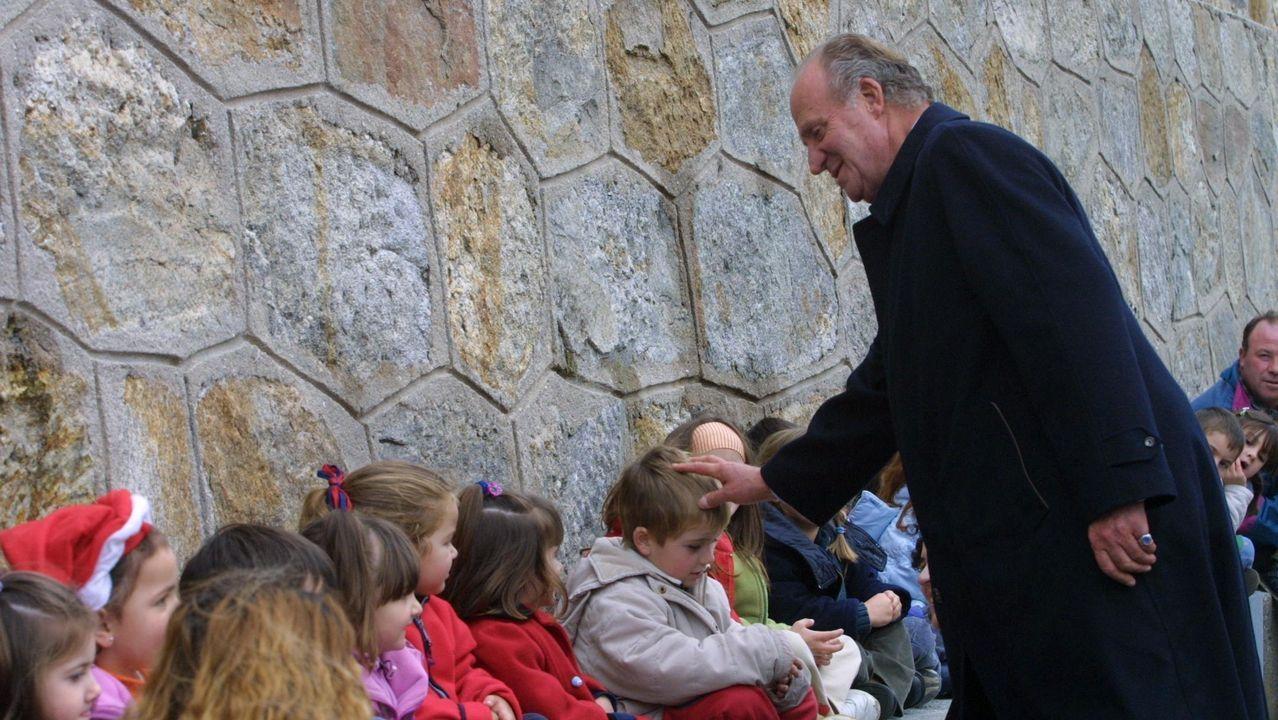 El rey Juan Carlos saluda a los niños de Laxe