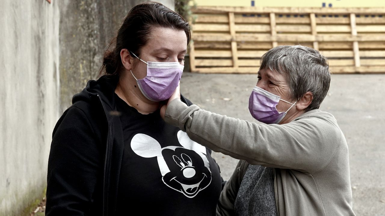 Concentración de Os Ninguéns frente a la plaza de abastos deO Calvario por los derechos de los menores de madres empobrecidas.Caja Rural Asturias, en Oviedo
