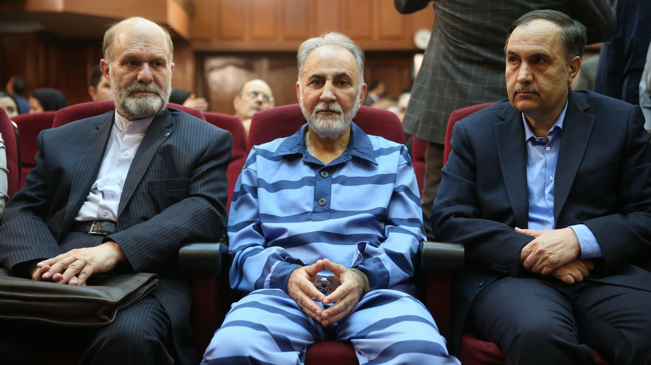 El exalcalde de Teheran, Ali Najafi, junto a sus abogados durante el juicio por el asesinato de su mujer