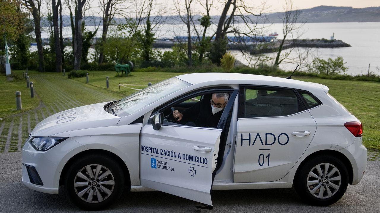 El doctor Silva, uno de los más veteranos del servicio, en uno de los coches que utilizan para desplazarse los equipos HADO de A Coruña