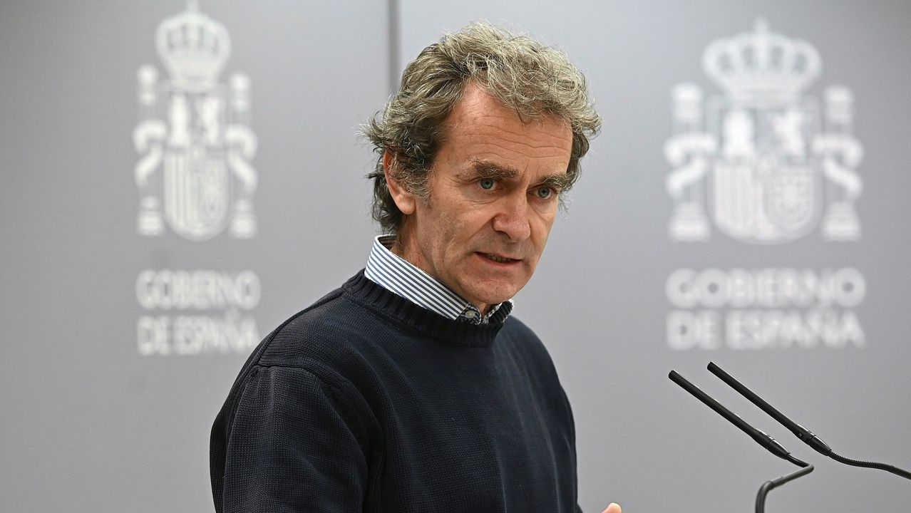 Simón informa de los datos de la pandemia en España junto a la directora del Instituto de Salud Carlos III.Casado, durante su visita a una explotación de ovino en Valverde de Alcalá (Madrid)
