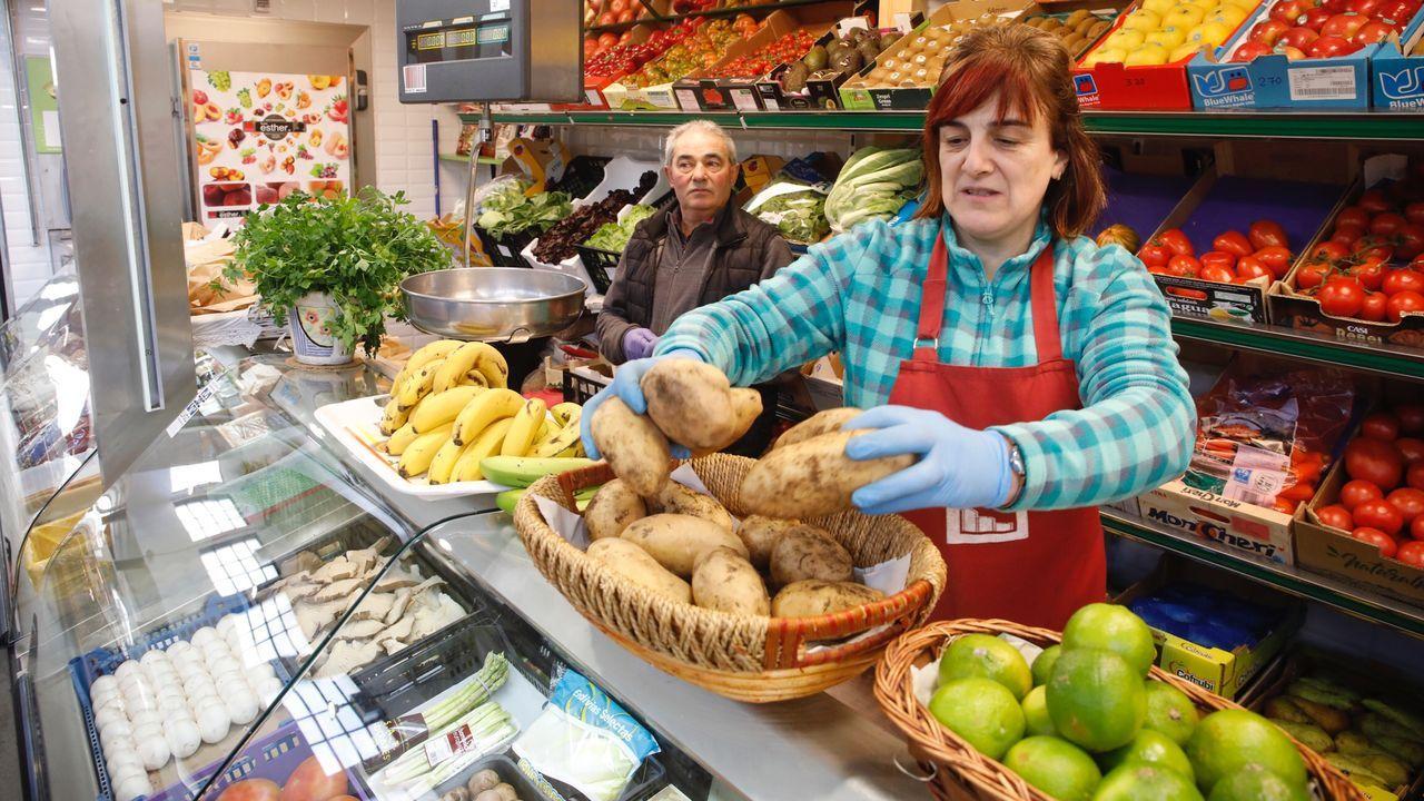 Los usuarios de la residencia de Pol mandan ánimos a sus familias.María del Mar, de Frutas y Hortalizas en la Praza de Abastos de Lugo