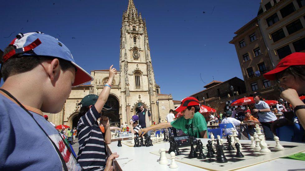 Campeonato de ajedrez infantil en la plaza de la Catedral.Campeonato de ajedrez infantil en la plaza de la Catedral
