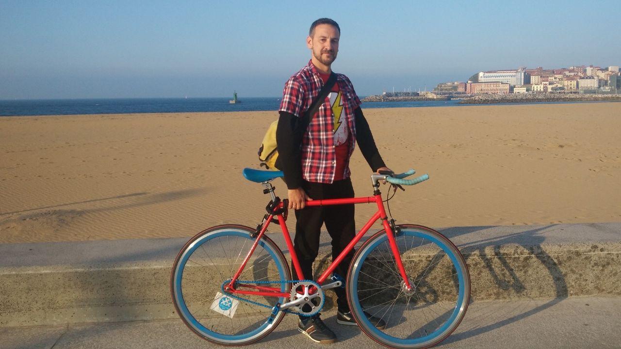Manuel Viña, de 30 Días en Bici, en Poniente.Manuel Viña, de 30 días en Bici, en Poniente
