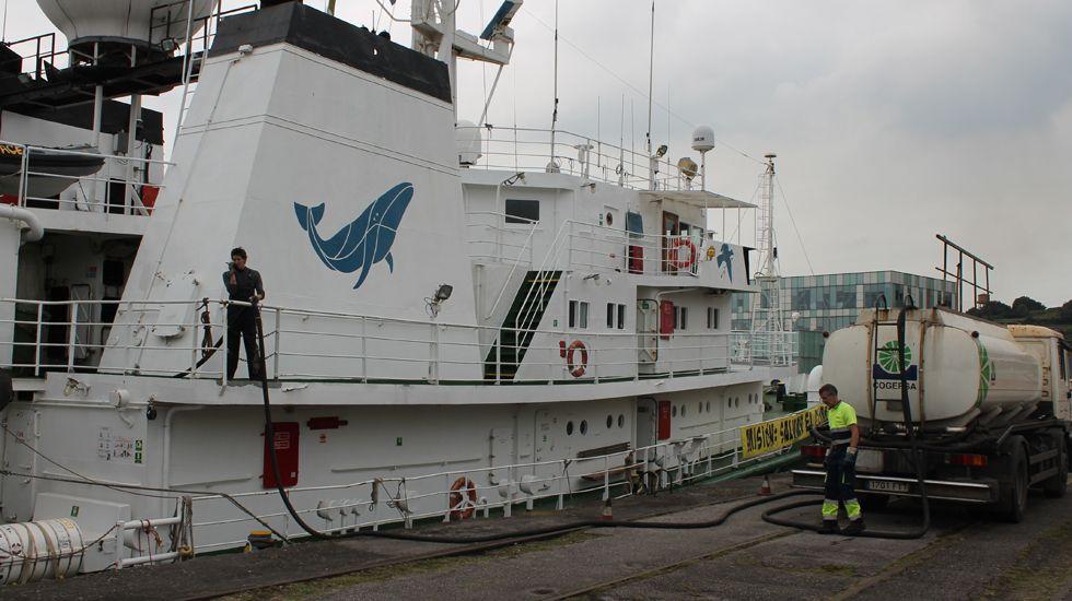 El «Esperanza», durante las maniobras de repostaje en el puerto de El Musel