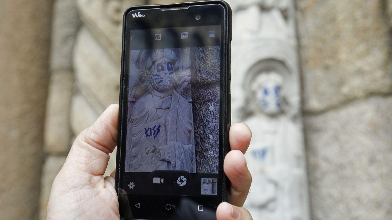 Así son los daños en una escultura del siglo XII.Otero Pedrayo recibe unha homenaxe na praza do Obradoiro
