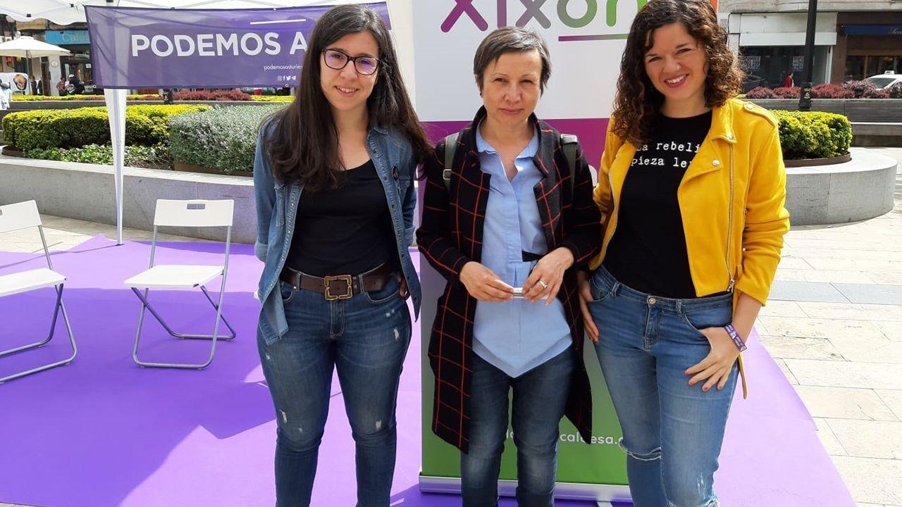 Alba González junto a aa candidata a la alcaldía por Podemos-Equo Xixón, Yolanda Huergo, y la diputada nacional por Podemos Asturies, Sofía Castañón