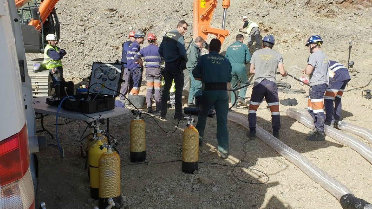Los mineros en la boca del pozo abierto para el rescate de Julen