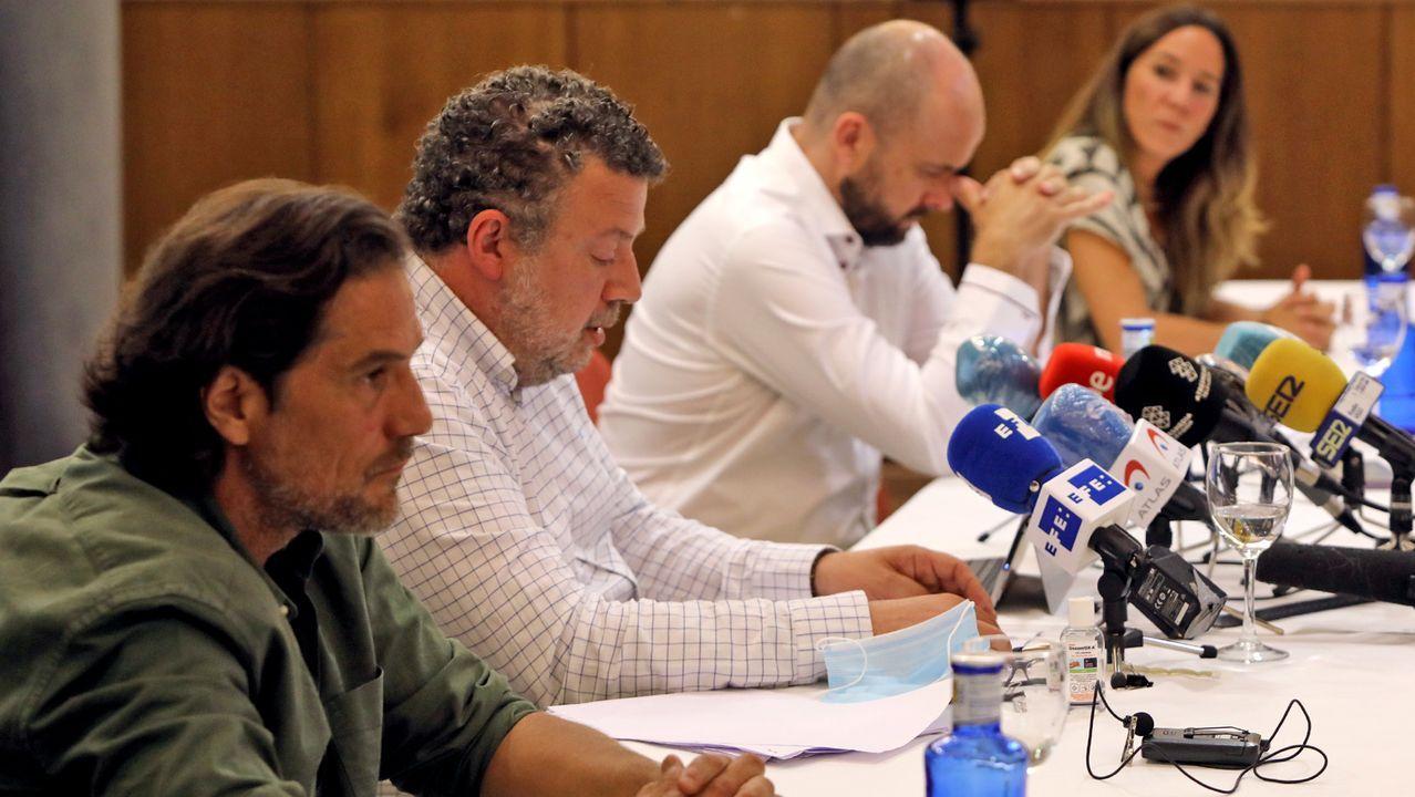La afluencia de peregrinos cae por la pandemia del coronavirus.Los hermanos de la víctima, a ambos lados de la mesa, con los dos abogados en el centro.