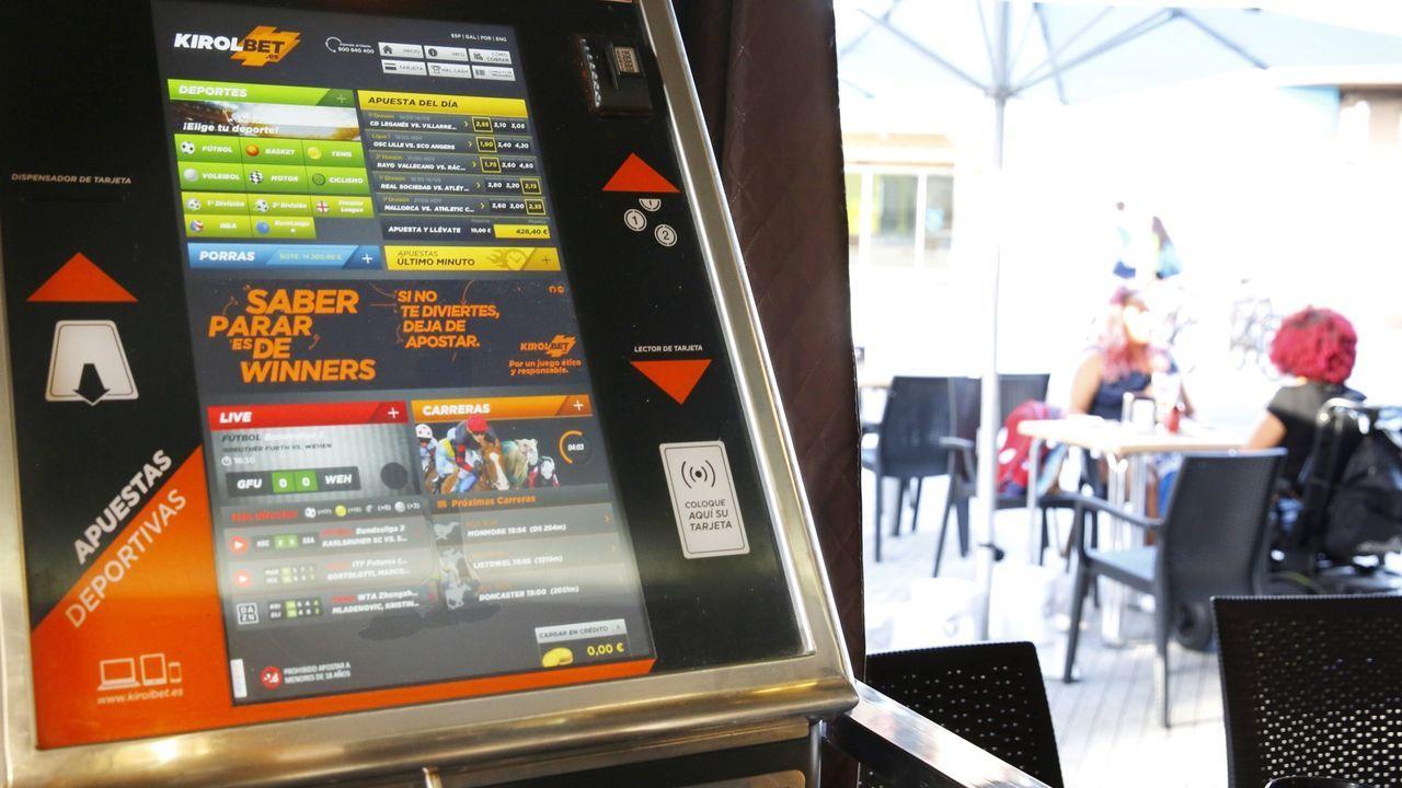 La empresa Makergal fabrica diademas para pantallas faciales con impresoras 3D.Detalle de la videoconferencia de Núñez Feijoo con Moncloa y el resto de presidentes autonómicos