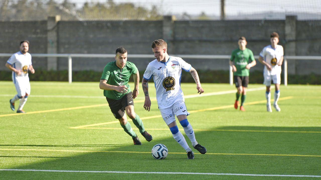El centrocampista Elier conduce el balón en un instante del encuentro disputado en Santa Comba