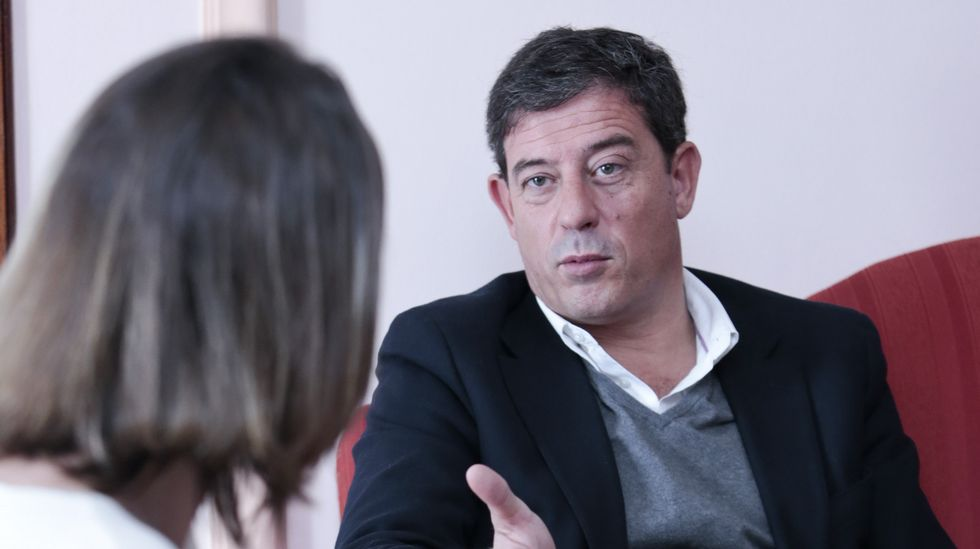 Pachi Vázquez: «Besteiro non está para gobernar Galicia».Martínez saluda a Darío Campos tras ser investido presidente.