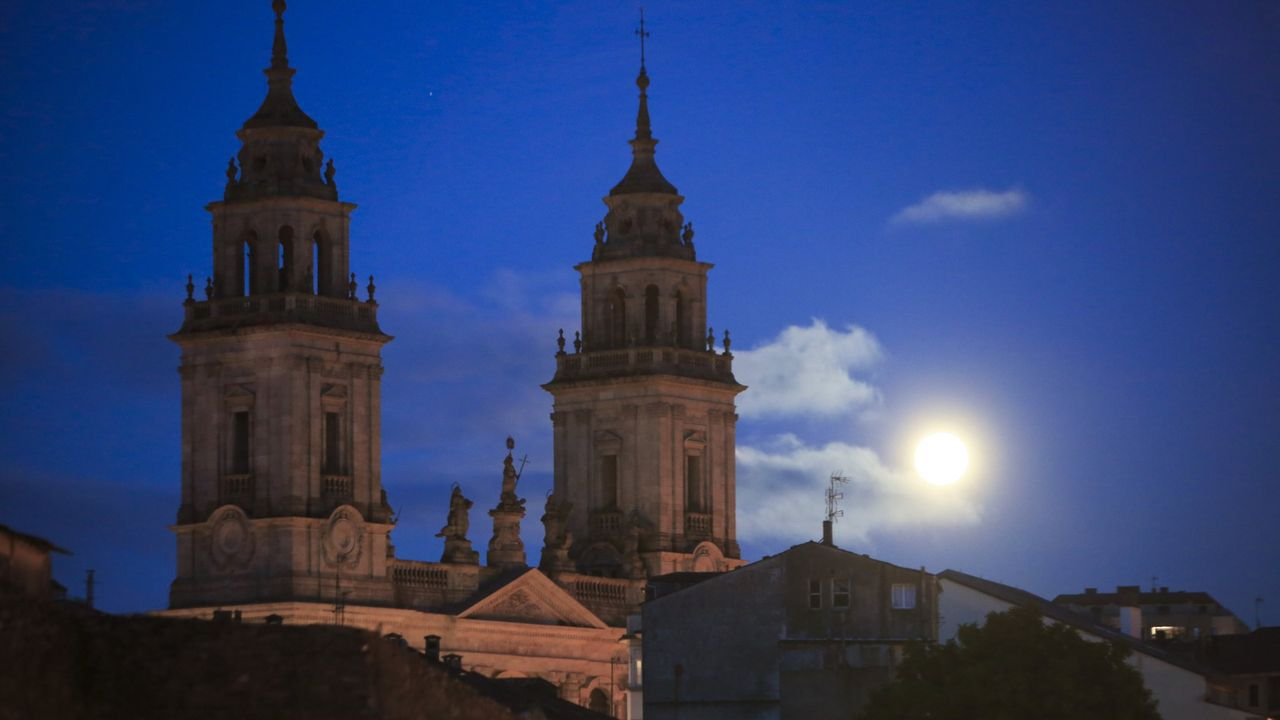 Así está el viejo matadero.Vista nocturna de la catedral de Lugo