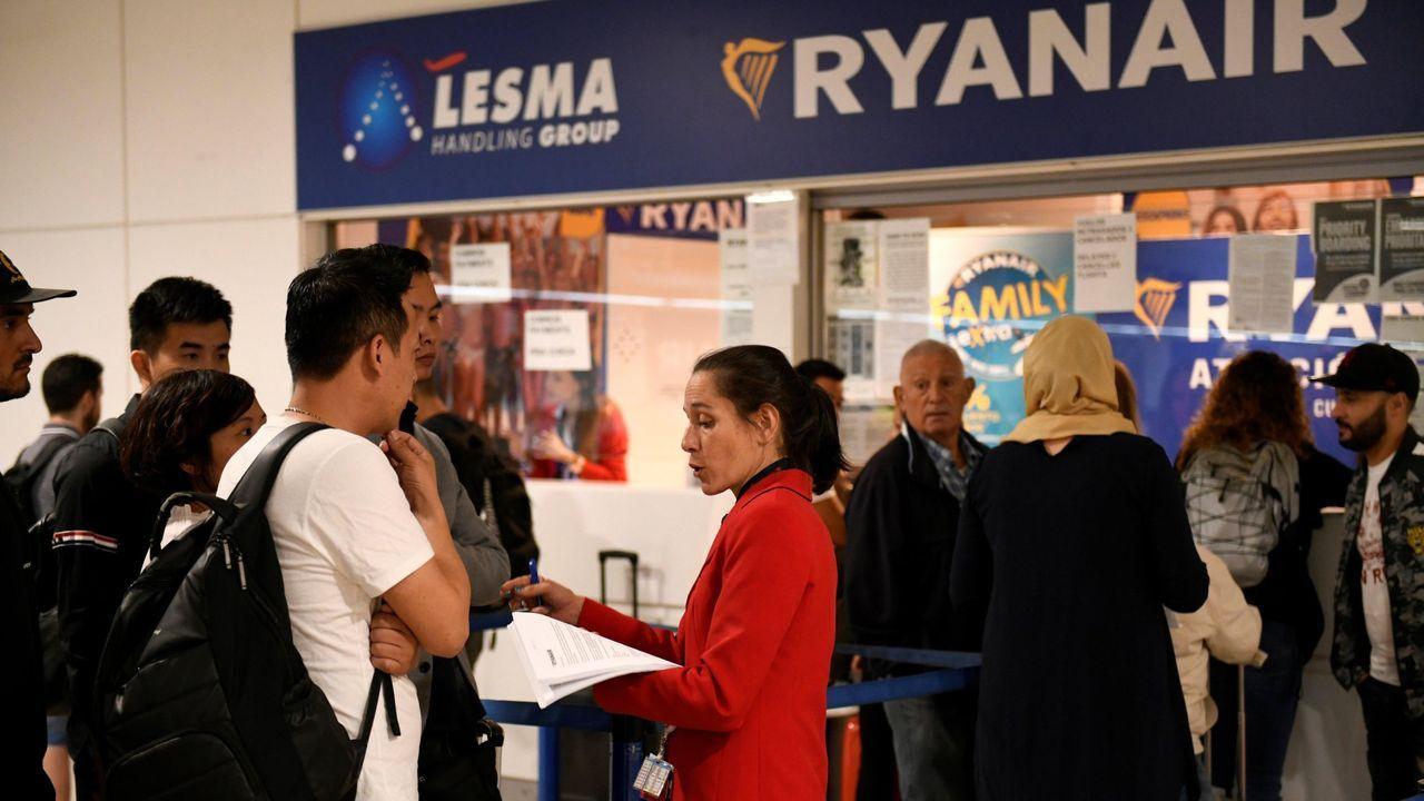 Aterrizaje milagrosoen Rusia.Stand de Ryanair en Barajas durante el paro del septiembre pasado