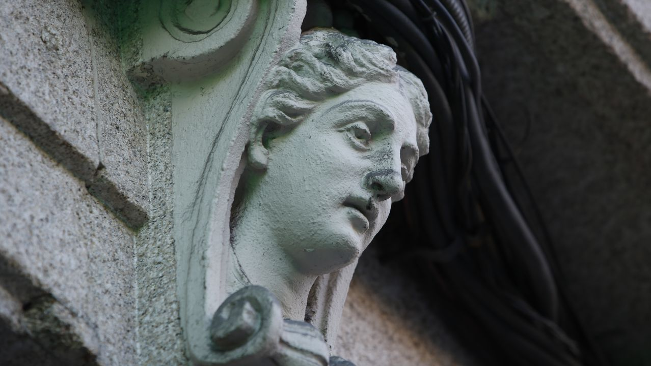 cara.Detalle de la fachada del edificio modernista de la plaza de San Nicolás de Ricardo Boán y Callejas