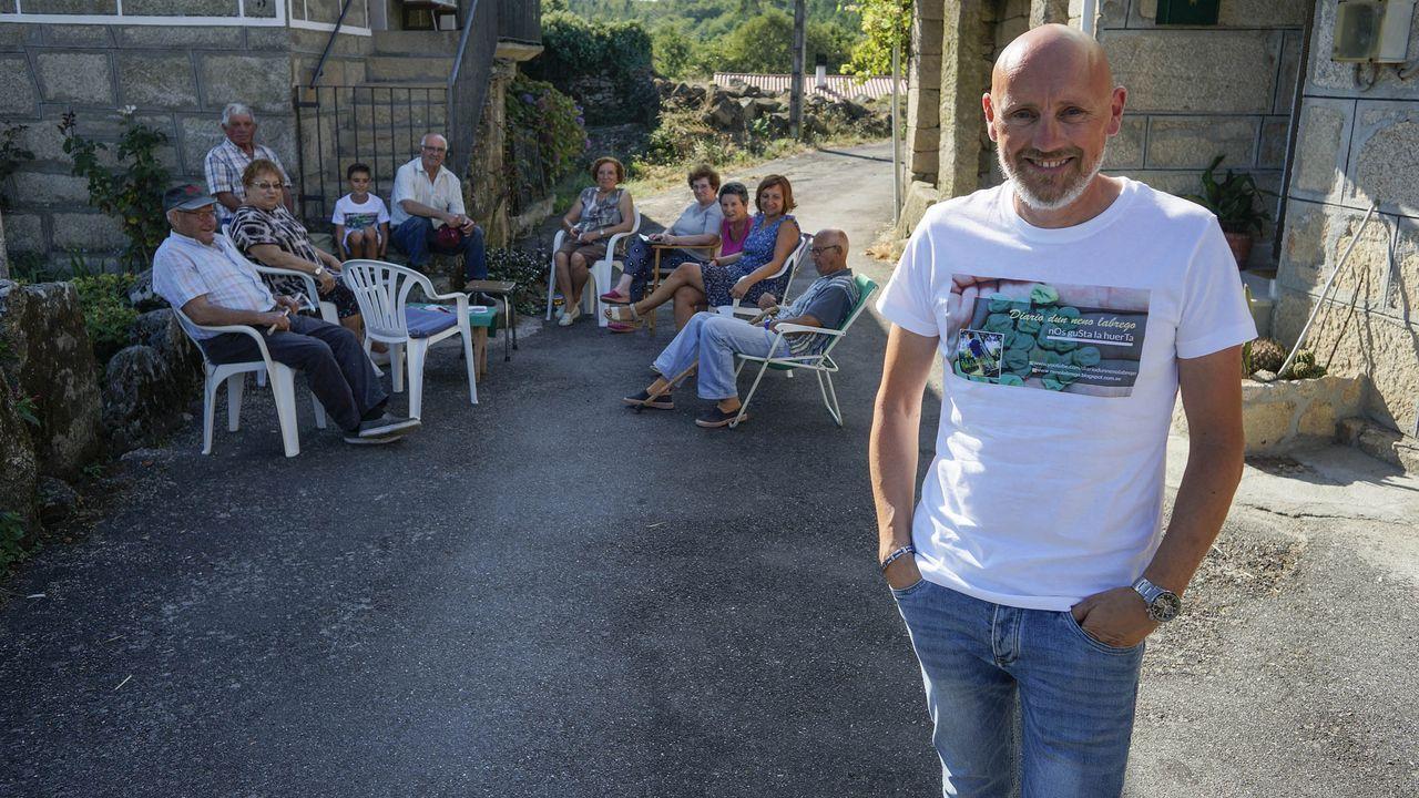 Juanjo Rodríguez con varios vecinos el viernes por la tarde