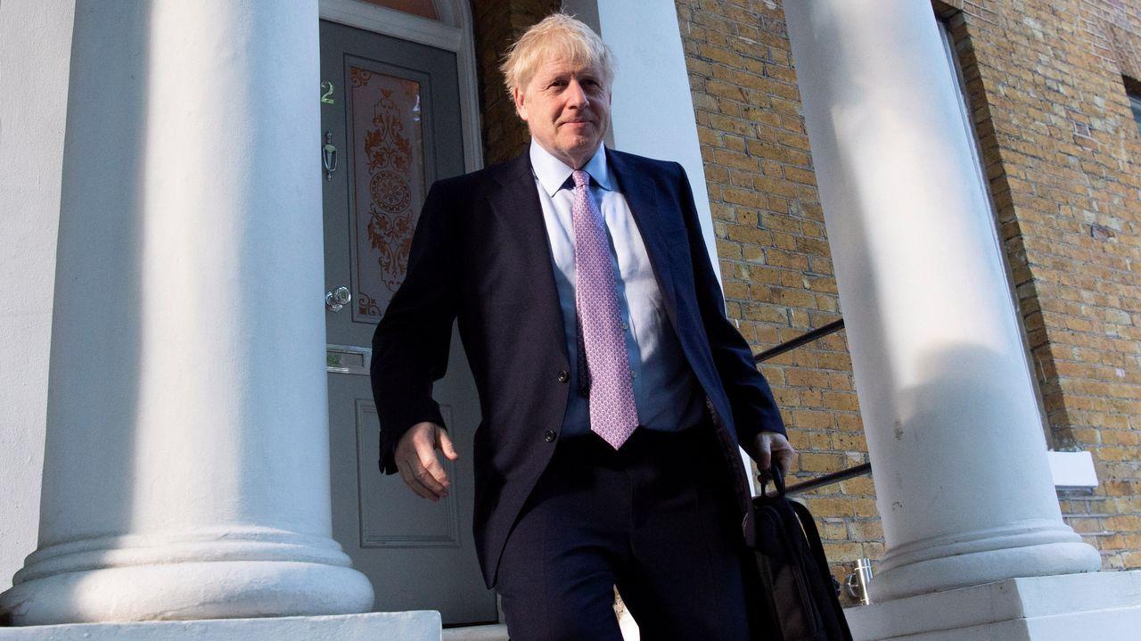 Boris Johnson, candidato a primer ministro, sale de su casa de Londres.