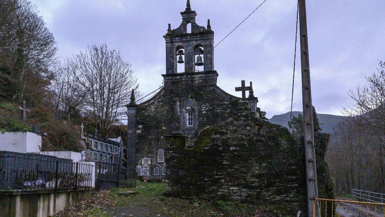 Así fue la primeranevada del otoño en el sur de Lugo.En la iglesia de Trascastro no se ofician misas desde hace tiempo debido al estado de deterioro del edificio
