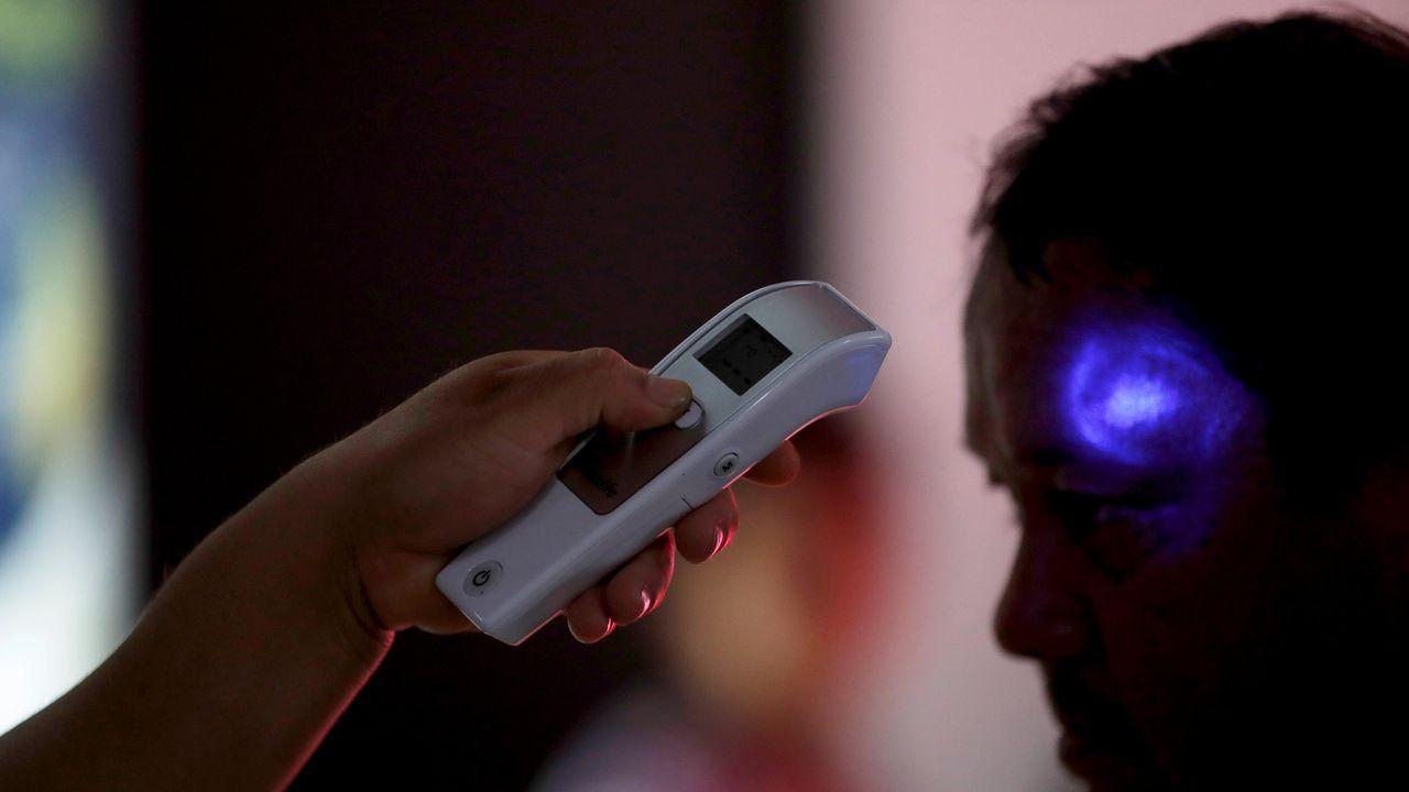 - Trabajadores del Ministerio de Salud revisan la temperatura de pasajeros provenientes de un vuelo de España el 2 de marzo