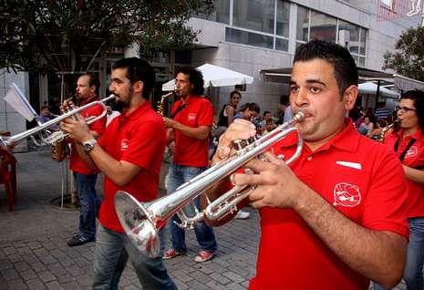 Foto republica.Los músicos de Cabo de Cruz ofrecieron incontables pasacalles por la localidad de Boiro.