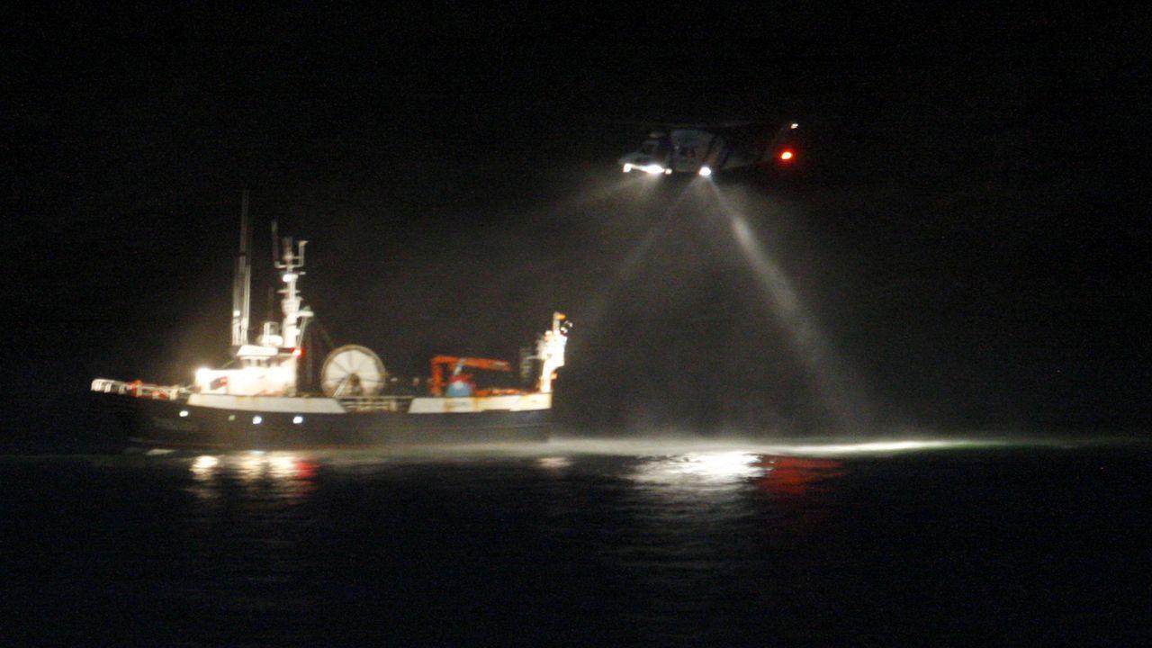 Un helicóptero de Gardacostas de Galicia inspeccionando a un arrastrero de litoral gallego, en una foto de archivo