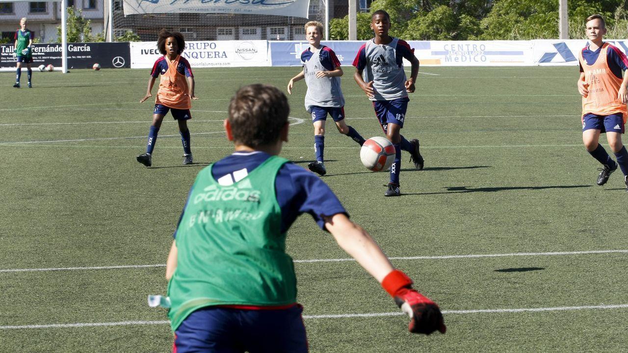 Las imágenes del Arousa Fútbol 7.Deivid puja por un balón con Jorge Molina