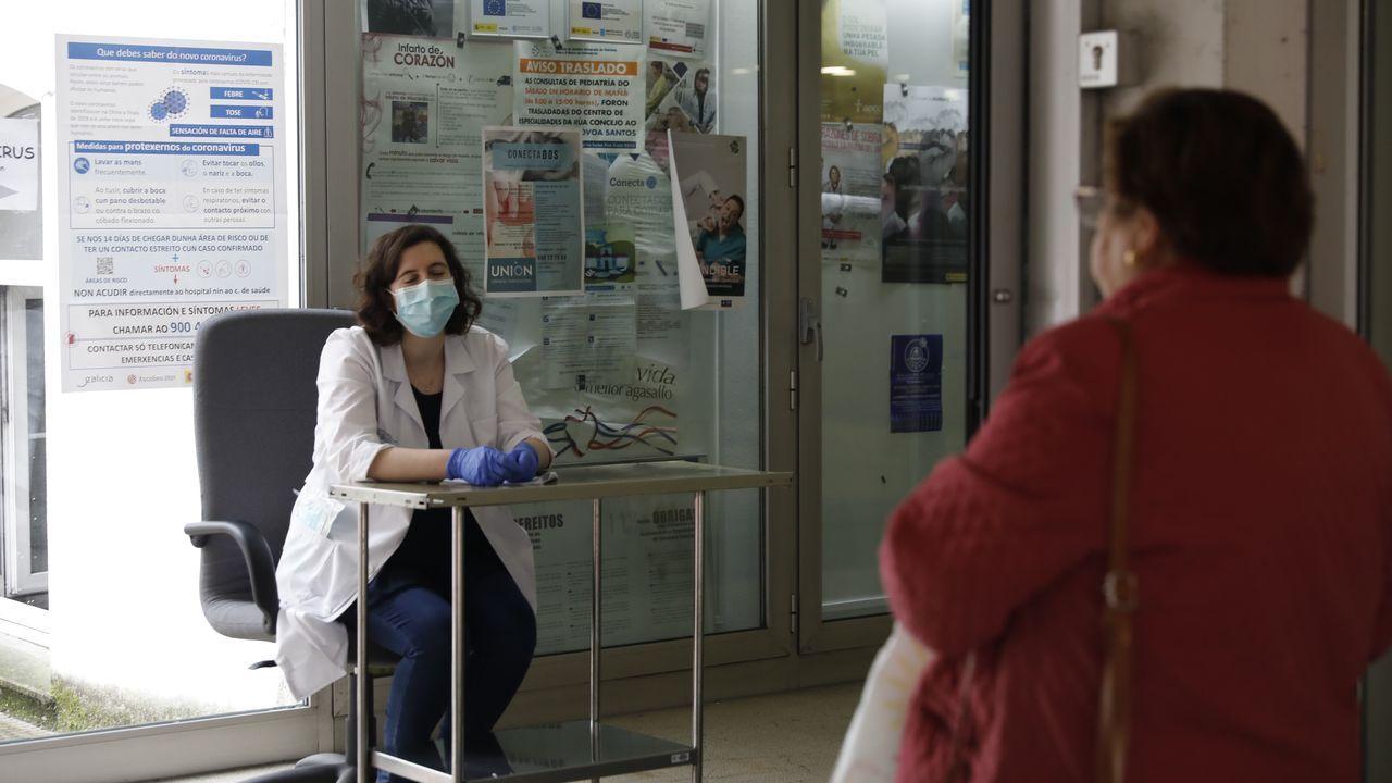 Día 40 + 1 de confinamiento en Galicia.Minuto de silencio en el Hospital Clínico Universitario de Santiago por los muertos del coronavirus