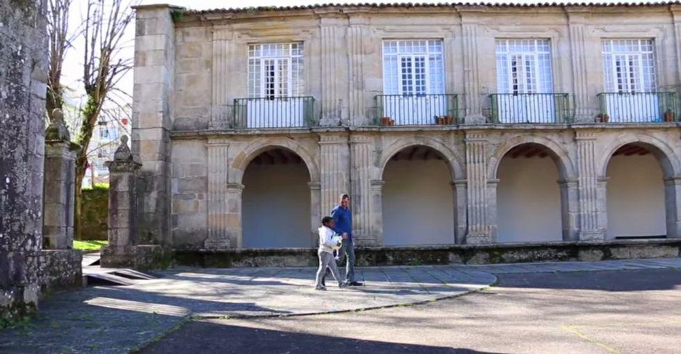 «Una cerveza», de Ráfaga.Imaxe do vídeo na que o candidato do PSOE lembra o seu paso polo colexio de San Domingos.