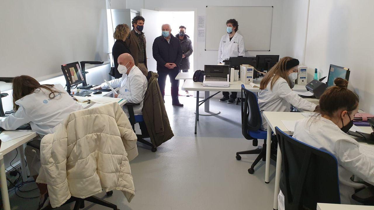 Entrega de diplomas en Outeiro de Rei.El delegado de la Xunta en Lugo, Javier Arias, de visita en el obradoiro