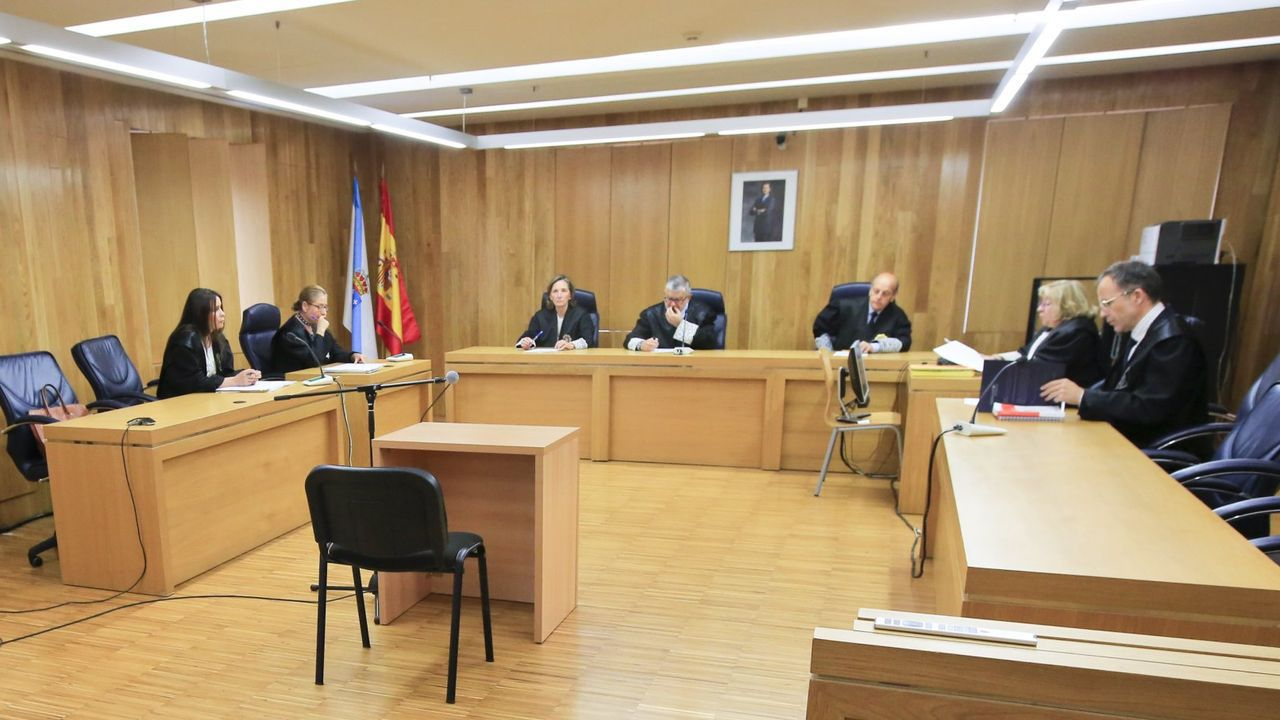 «Diríjanse a su domicilio: nos encontramos ante una emergencia sanitaria grave».Imagen de archivo de un juicio en la Audiencia Provincial de Lugo