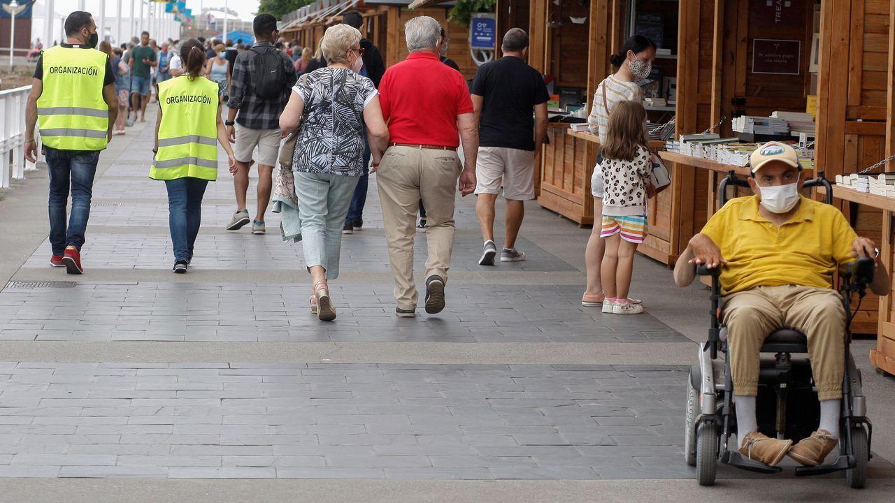 Chuletón de buey.Varias personas pasean por el mercadillo de libros de la Semana Negra de Gijón