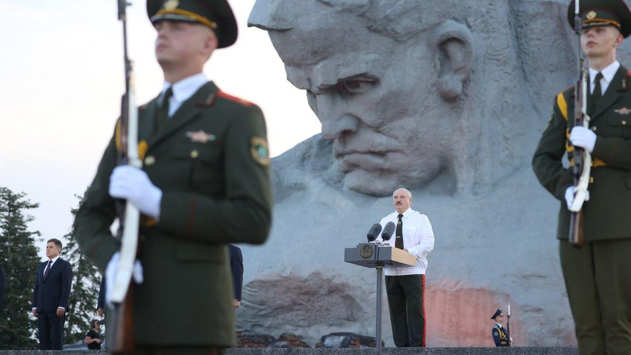 Interrumpida de urgencia la rueda de prensa de Pedro Sánchez en Lituania por una amenaza de las fuerzas rusas.Alexander Lukashenko, durante un acto en Minsk el pasado día 22.