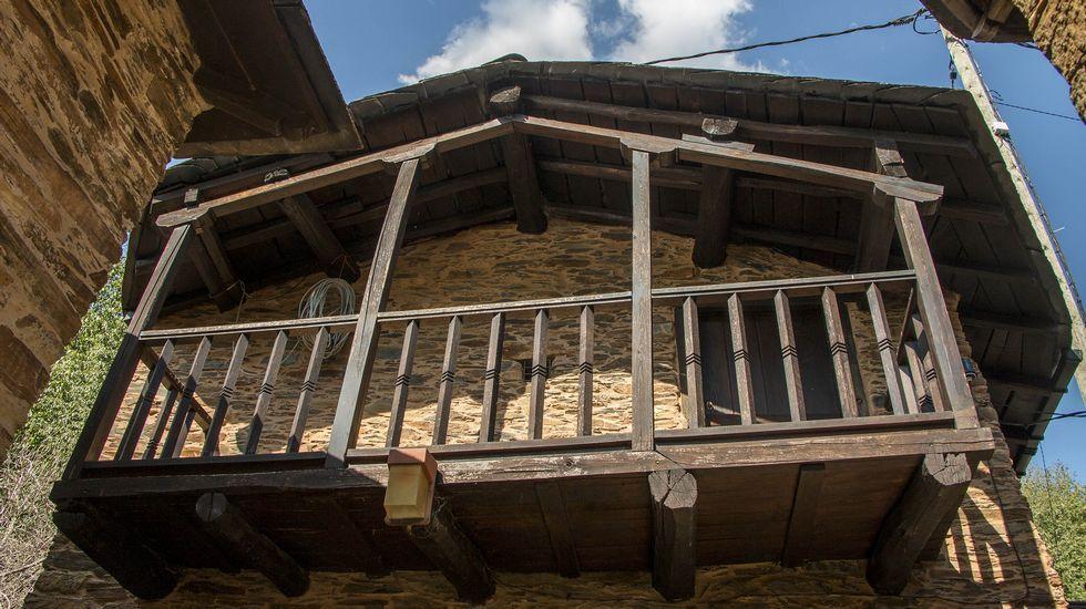 Uno de los tradicionales balcones de madera de Cortes