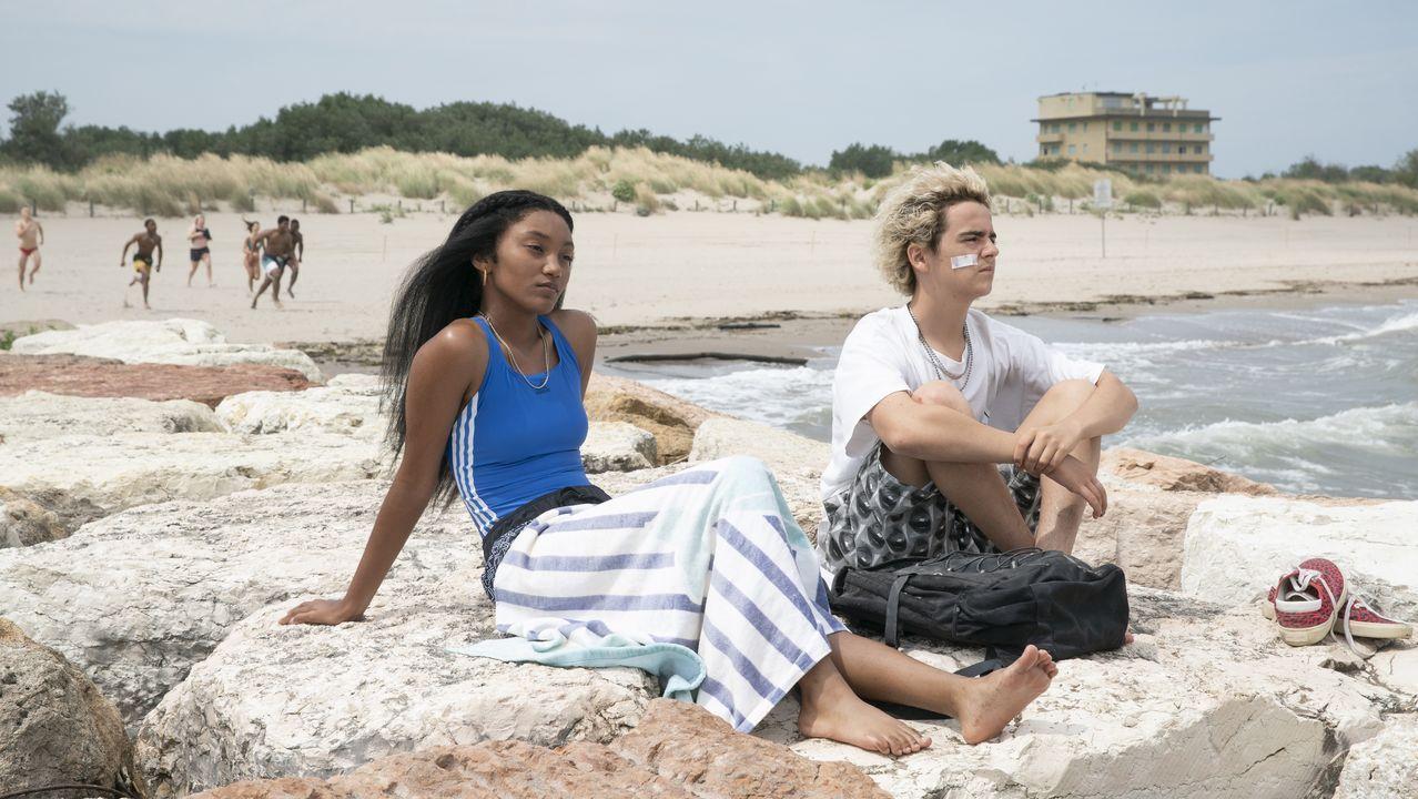 El actor francés Benjamin Voisin posa, con la playa de La Concha al fondo, durante la presentación del filme de Ozon «Verano del 85»