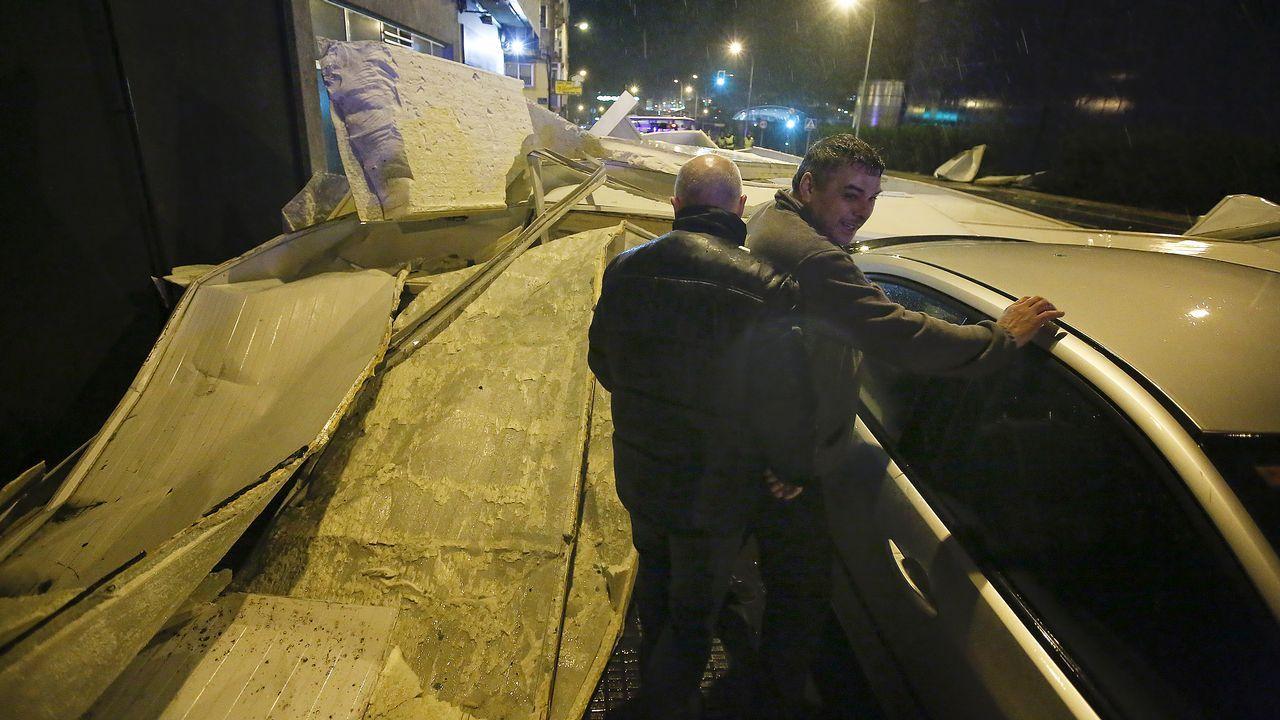 Las planchas metálicas desprendidas el tejado de Pescanova cayeron a la carretera