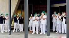 Los trabajadores de Urgencias del Hospital Central de Asturias ( HUCA ) en Oviedo agradecen las muestras de apoyo de la ciudad.