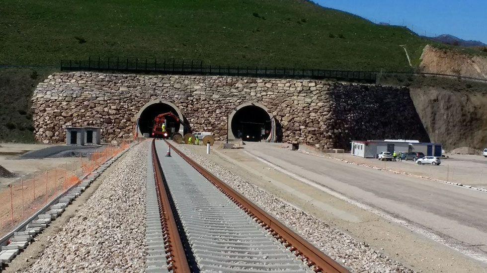 De Guindos sobre la compra del Popular: «Ha sido una operación compleja».El emboquille sur de túneles de Pajares en La Gretosa (Pola de Gordon) equipado el túnel oeste con ancho ibérico.