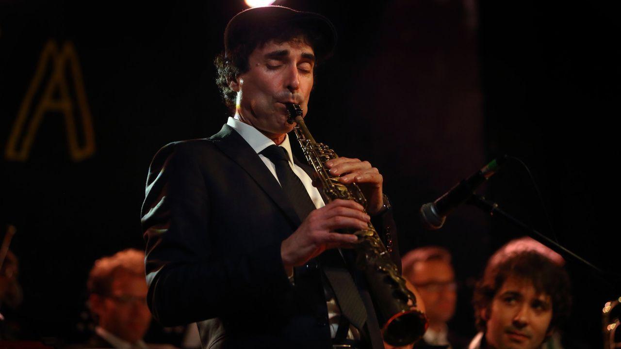 El saxofonista, arreglista y director de la Garufa Blue Devils Big Band, Roberto Somoza, en plena actuación