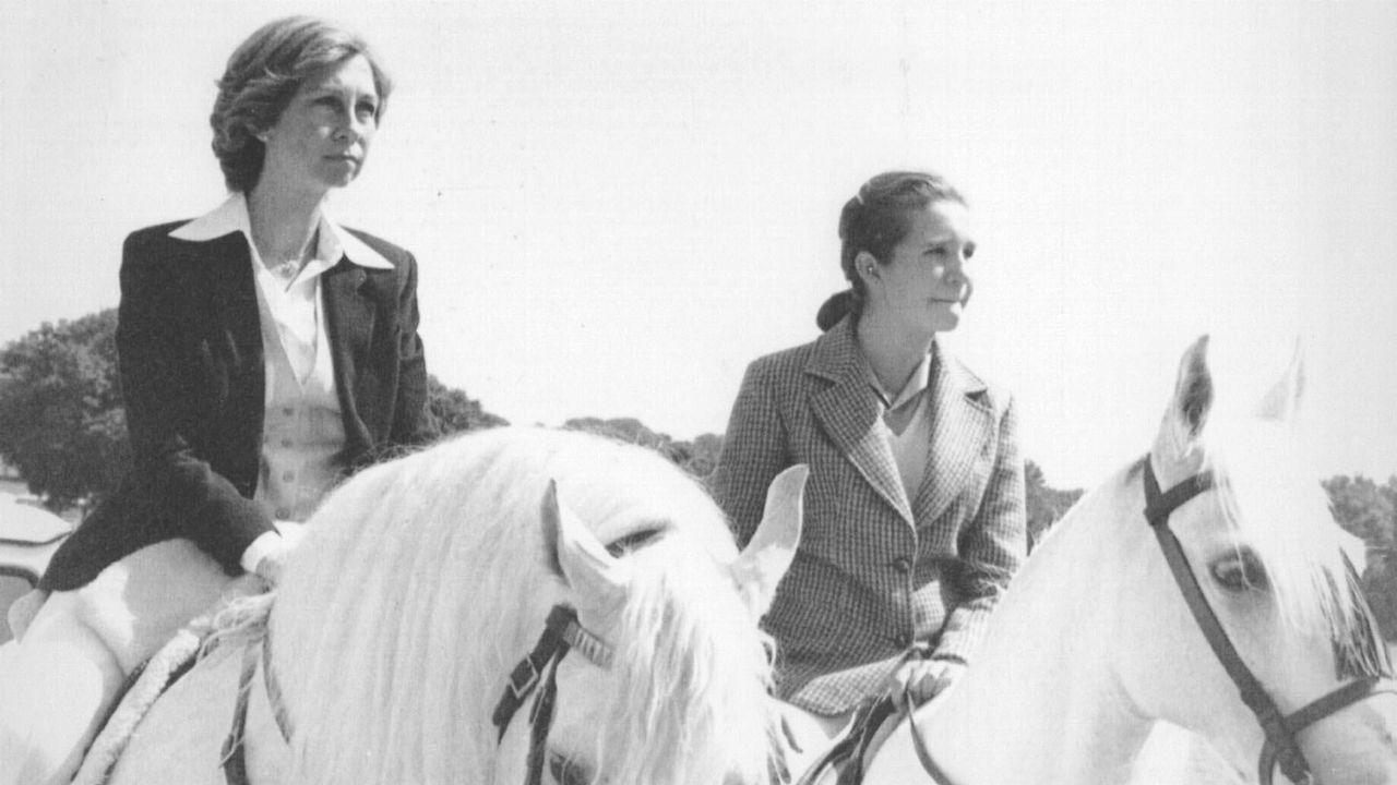 A caballo, junto a su hija la Infanta Elena, en 1992