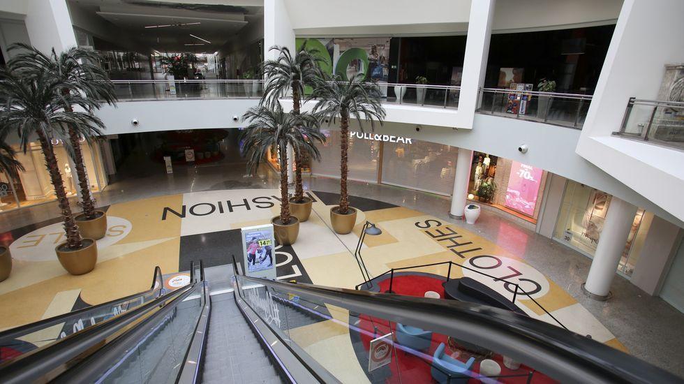 Sin público ni clientes, el centro comercial Odeón estuvo desierto este sábado