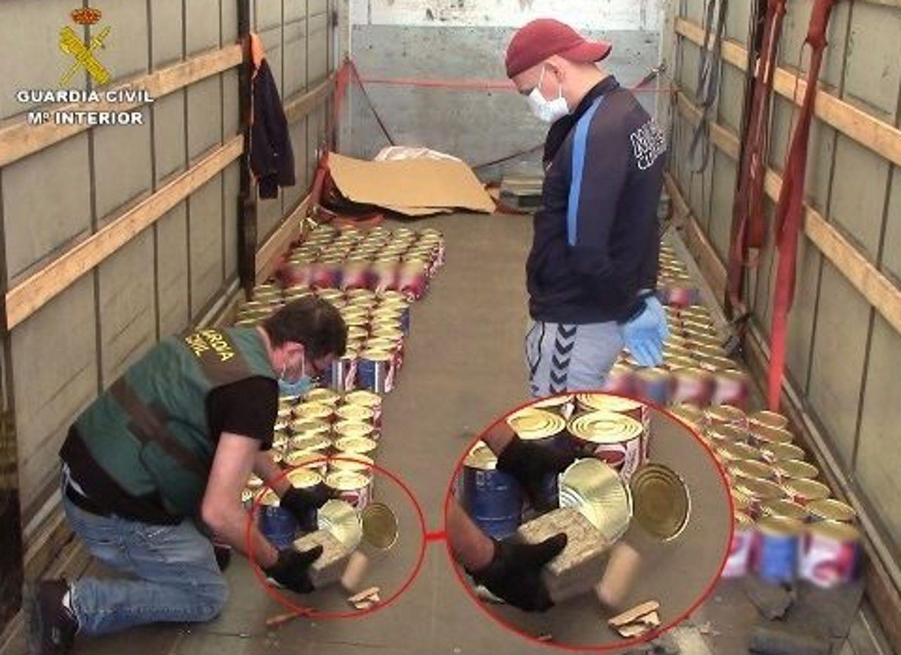 Agentes de la Guardia Civil intervienen las latas de conserva rellenas de droga