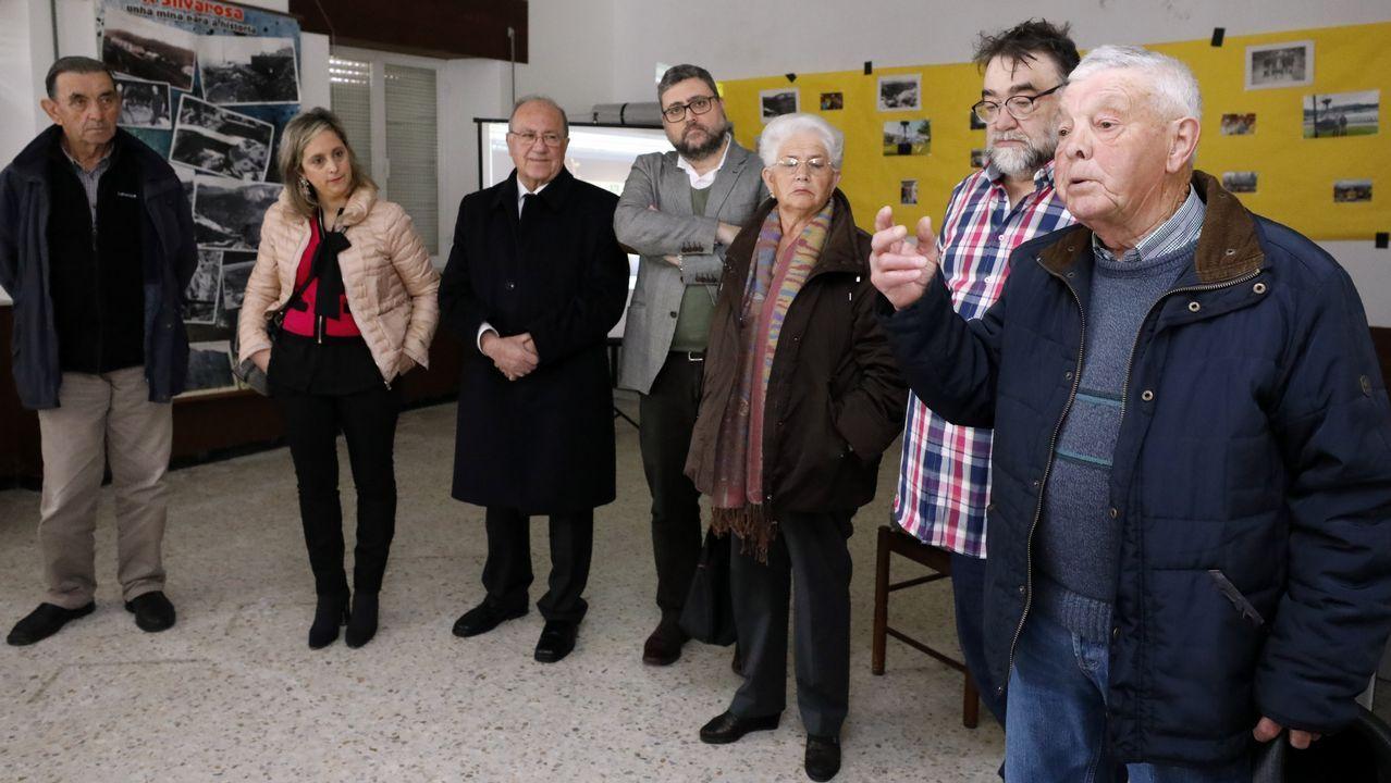 Inauguran una exposición minera de A Silvarosa en Vieiro.Descendientes de Jesús Penabad con los iconos rusos que han encontrado